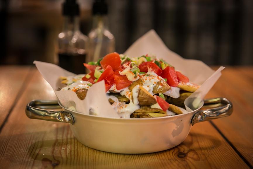 Πατατόφλουδες με σως γιαουρτιού,ντομάτα και φρέσκο κρεμμυδάκι